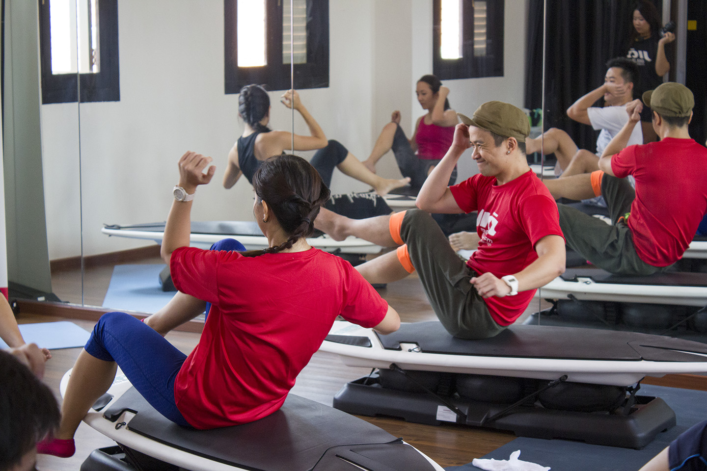 883 jia fm surfset fitness class straddle knee ups